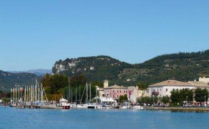 Городок Бардолино на озере